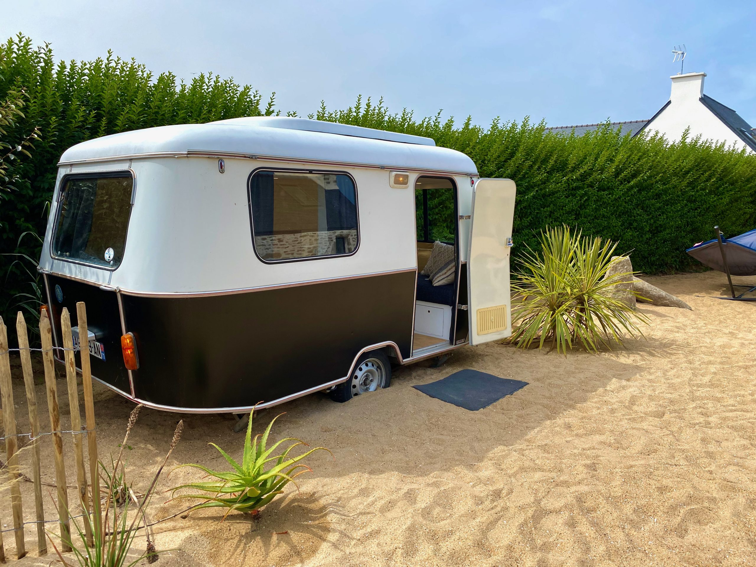 Renovated caravan - Vintage look but comfortable equipment to have a drink, play cards, or even spend the night!