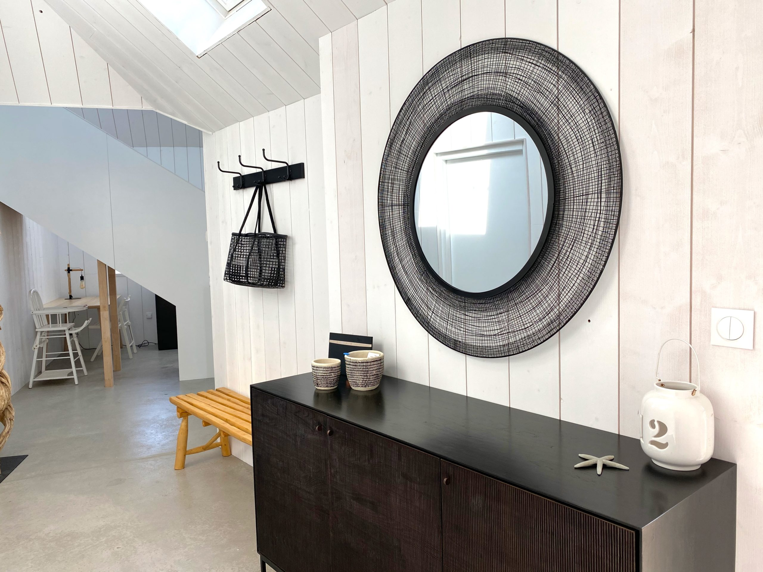 Refined interior decoration with a surfer cabin spirit